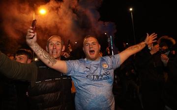 """Cầu thủ Man City ăn mừng """"điên dại"""" trong phòng thay đồ, fan """"quẩy"""" tưng bừng, nhiều người không đeo khẩu trang"""