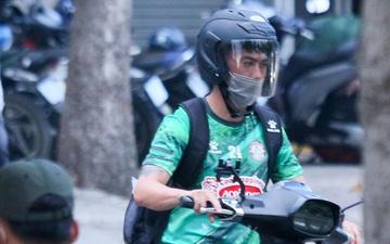 Lee Nguyễn cực ngầu khi tự đi xe gắn máy đến buổi tập của CLB TP.HCM