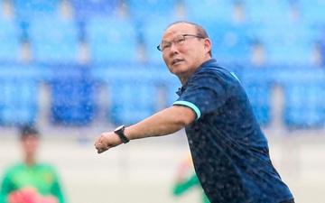"""HLV Park Hang-seo hoảng hốt """"chạy té khói"""" vì vòi tưới nước ở sân Al Maktoum"""