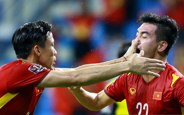 Quế Ngọc Hải không may tát Tiến Linh vì quá phấn khích sau bàn thắng