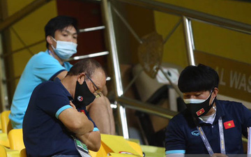 """""""Khán giả"""" Park Hang-seo tỉ mỉ trao đổi với trợ lý trên khán đài trước trận Việt Nam đấu UAE"""