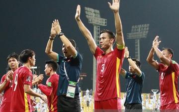 Ấm lòng hình ảnh tuyển Việt Nam chia tay người hâm mộ ở UAE, khép lại hành trình lịch sử