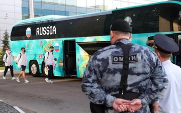 Bị loại sớm tại Euro 2020, đội tuyển Nga lủi thủi về nước trong vòng vây của 5 xe cảnh sát