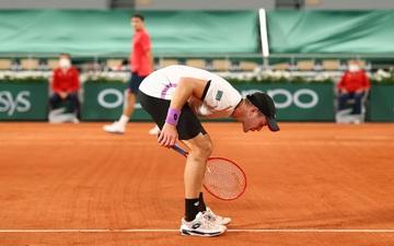 Đối thủ sang tận sân của Federer để... khạc nhổ