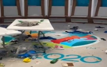 Phòng thay đồ của Italy bừa như bãi rác, trong khi tuyển Anh gọn gàng sạch sẽ