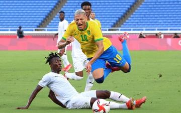 ĐKVĐ Brazil bất ngờ bị ngáng chân trong trận cầu 2 thẻ đỏ