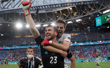 Thủ môn điển trai của Tây Ban Nha sử dụng tuyệt chiêu của Đặng Văn Lâm để khiến đội tuyển Thụy Sĩ ôm hận