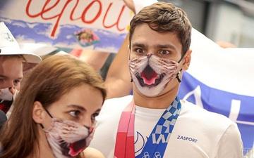 """Nhà vô địch """"cuồng mèo"""" của Olympic được chào đón theo cách đặc biệt khi trở về"""
