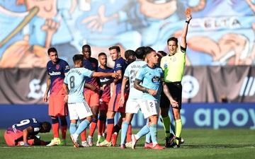 Suarez gián tiếp châm ngòi cho 3 thẻ đỏ trong trận đấu giữa Celta và Atletico