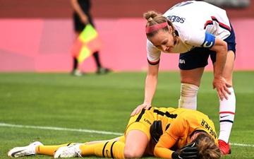 Khoảnh khắc gây sợ hãi: Thủ môn ĐT Mỹ tiếp đất sai cách dẫn đến chấn thương nặng, gục khóc nức nở trên sân