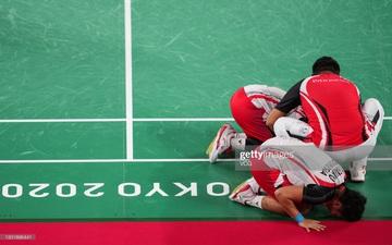 Đánh bại cầu lông Trung Quốc, 2 tay vợt Indonesia cúi người tỏ lòng biết ơn đầy xúc động