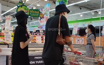 Văn Hậu đeo túi xách giúp bạn gái ở siêu thị
