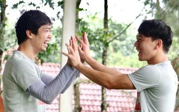 Công Phượng nắm tay Minh Vương vui cười như trở về thuở niên thiếu vô ưu vô lo