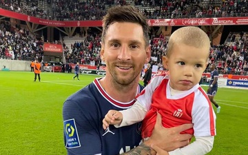 Thần tượng được săn đón: Thủ môn đội bạn nhờ Messi bế con chụp ảnh
