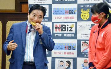 """Thị trưởng thành phố Nagoya nhận mưa """"gạch đá"""" vì lỡ miệng cắn HCV Olympic của vận động viên Nhật Bản"""