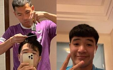 Tân binh tuyển Việt Nam trổ tài cắt tóc cho Đức Chinh đẹp như ngoài tiệm