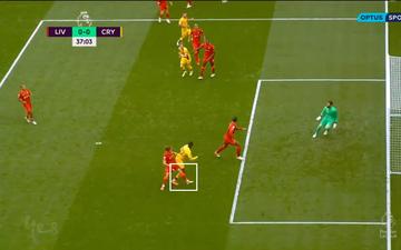 Liverpool thoát penalty trong tình huống gây tranh cãi