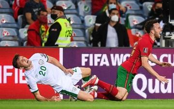 Cổ chân của cầu thủ CH Ireland bẻ ngược rùng rợn khi xoạc bóng Diogo Jota