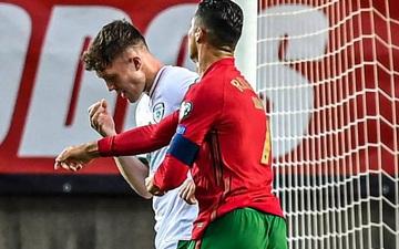 Ronaldo thẳng tay tát đối thủ, thoát thẻ đỏ đầy tranh cãi trong ngày lập kỷ lục thế giới