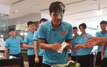 Đức Chinh lấm lem mặt mũi sau tiệc sinh nhật cực vui ở tuyển Việt Nam