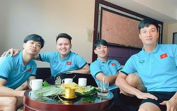 """""""Tổ cãi cùn"""" đội tuyển Việt Nam họp mặt bên ly cafe sáng, thưởng thức cốm khi Hà Nội vào thu"""