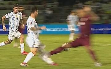 Đạp Messi, tuyển thủ Venezuela nhận thẻ đỏ chỉ sau 6 phút có mặt trên sân