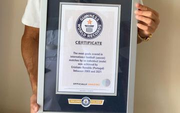 Ronaldo được trao giấy chứng nhận kỷ lục Guinness