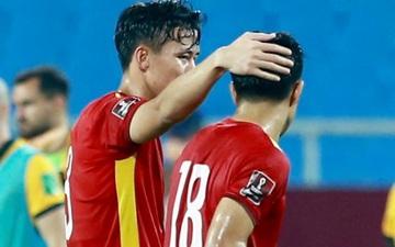 Quế Ngọc Hải xoa đầu động viên Đức Chinh sau trận thua Australia