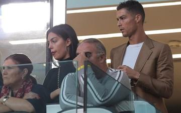 Ronaldo căng thẳng trong lần đầu xuất hiện cùng bạn gái hậu cáo buộc hiếp dâm