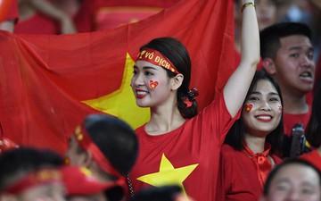 Hàng nghìn CĐV Việt Nam lẫn CĐV nước ngoài tiếp lửa cho thầy trò HLV Park Hang-seo