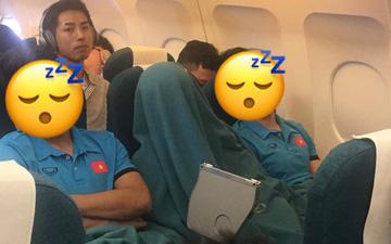 Vừa thương, vừa buồn cười hình ảnh Duy Mạnh trùm kín chăn ngủ trên máy bay tới Malaysia