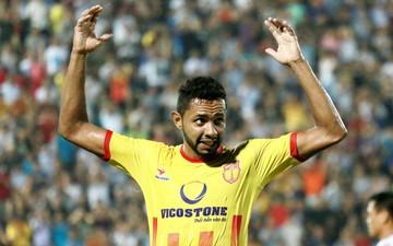 Tiền đạo Diogo của Nam Định vừa ghi bàn, vừa làm thủ môn trong trận đấu hi hữu ở V-League