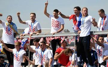 Mải mê ăn mừng, người hùng Croatia suýt nhận chấn thương nặng