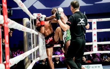 Thượng đài với nhà vô địch châu Âu, võ sĩ Trung Quốc thành bao cát di động