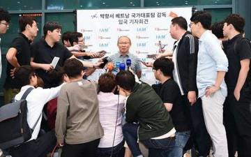 Trở về Hàn Quốc, HLV Park Hang-seo được săn đón như ngôi sao truyền hình