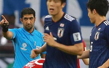 """AFC vô tình biến trọng tài thành """"cầu thủ thứ 12"""" của Nhật Bản với hành động này"""