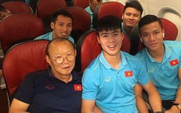 Chuyến bay về Hà Nội của đội tuyển Việt Nam bị delay 50 phút, thầy trò cùng chụp ảnh check-in cực vui