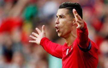 Chỉ cần một hành động nhỏ, siêu sao Ronaldo khiến dàn nữ hậu bối xuýt xoa hạnh phúc