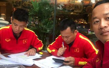 11 tiếng trước trận chiến UAE, các trợ lý tuyển Việt Nam miệt mài phân tích đối thủ