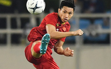 """""""Người khổng lồ"""" Văn Hậu đè bẹp đối thủ UAE trong cuộc đọ sức tại Vòng loại World Cup 2022"""