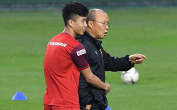 Hình ảnh thầy Park ân cần quan tâm đến từng cầu thủ trong gia đình ĐTQG Việt Nam
