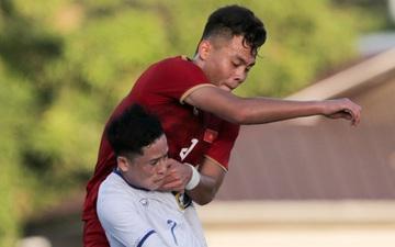 """Trung vệ U22 Việt Nam """"đè đầu cưỡi cổ"""" đội trưởng U22 Lào, gợi nhớ đến Văn Hậu ở vòng loại World Cup"""