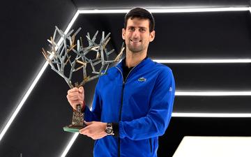 Phấn khích đăng quang Paris Masters là thế nhưng tay vợt số 1 thế giới cũng chỉ dám thận trọng hôn cúp vô địch