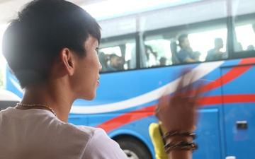 Xúc động cảnh Văn Hậu chia tay đồng đội, ở lại Philippines một mình ở chuyến bay về Hà Lan