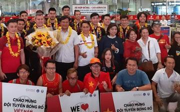 Những người hùng của Bóng rổ Việt Nam trở về trong sự chào đón nồng nhiệt của đông đảo fan hâm mộ
