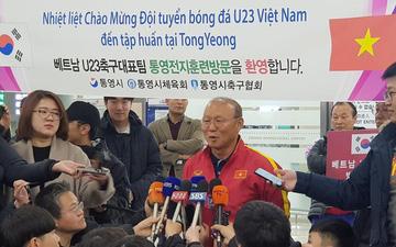 Phóng viên Hàn Quốc đứng chật ở sân bay, săn đón U22 Việt Nam và HLV Park Hang-seo