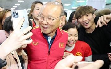 Báo Hàn bất ngờ với sức hút của thầy trò HLV Park Hang-seo: Một khung cảnh tuyệt vời! Fan đã chờ nhiều giờ chỉ để được gặp đội
