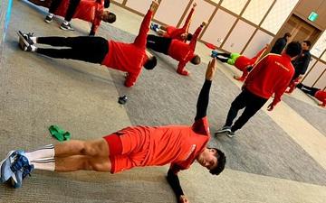 U23 Việt Nam tập nhẹ tại hội trường khách sạn, chuẩn bị đấu tập với đội sinh viên tại Hàn Quốc