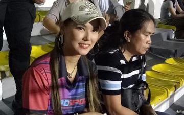 Maria Ozawa đến sân xem Việt Nam đấu Indonesia cùng trang phục mới, với hai người đàn ông mới nhưng vẫn quyết không trả lời phỏng vấn