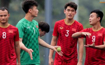 Bùi Tiến Dũng tập với bóng tennis, bị đồng đội trêu ghẹo  sau sai lầm trước U22 Indonesia